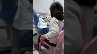 Tringa duke pastruar dhëmbët e lepuroshit te Klinika Dentare Dent-In 😘