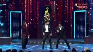Karan Tacker fan moment with Shah Rukh Khan at Radio Mirchi Awards - March 2016