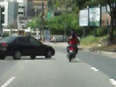 Motoqueiro Suicida fura o Sinal em Salvador BA