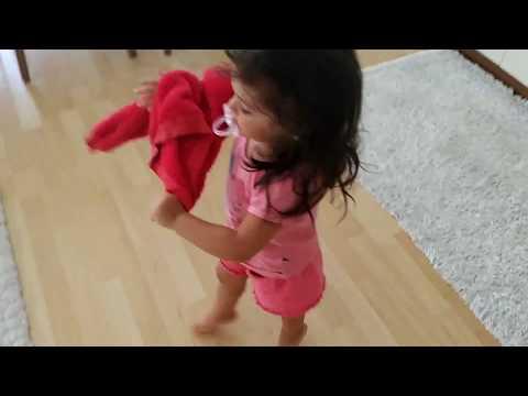 Parmak ucunda yürüyen bebek