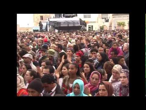Essaouira 2012 Maalem Omar Hyat with crowd N 2