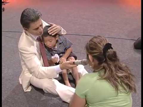 Esdras fue sano de sus piernas en Noches de Gloria El Salvador