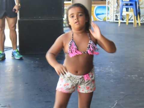 Criança dançando Metralhadora Vingadora Cabana Axé Moi