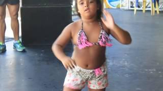Criança dançando Metralhadora -Vingadora Cabana Axé Moi