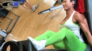 Gracyanne Barbosa malhando pernas (TREINO AVANÇADO FEMININO)
