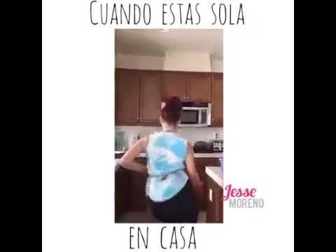 Mujer bailando cuando estas sola en casa