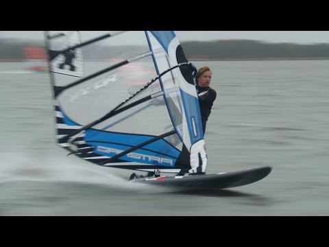 Deelnemers NK Speedsurfen vliegen over water bij Strand Horst