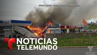 Rescate de un bombero de entre escombros en llamas | Noticias | Noticias Telemundo