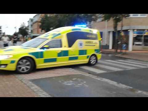 Ambulans åker iväg med blåljus