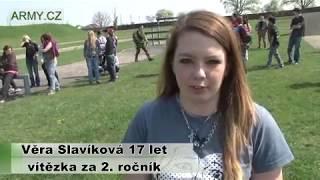 Studentky střední školy na vojenském cvičišti AČR