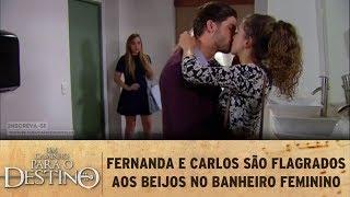 Um Caminho para o Destino - Fernanda e Carlos são flagrados aos beijos no banheiro feminino