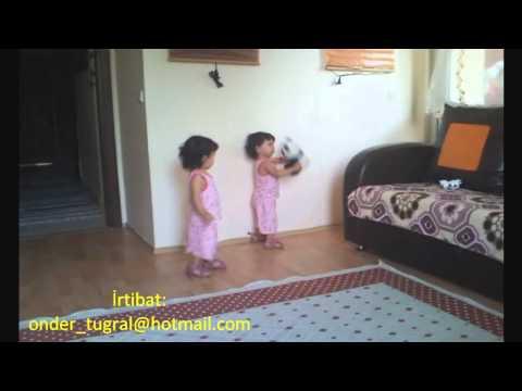 18 aylık ikizler kolbastı oynuyor
