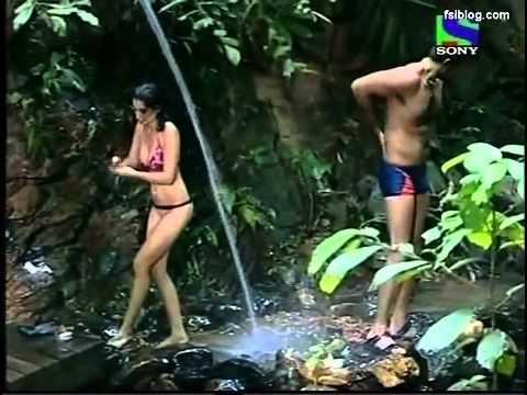 Model Negar Khan Taking Bath Iss Jungle Se Mujhe Bachao