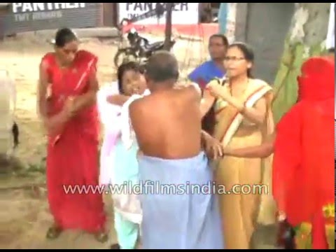 Man beaten up by women in Kanpur, India