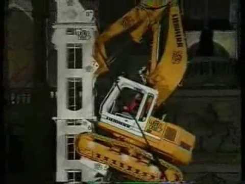 Escavadeira Liebherr Escalando uma Torre