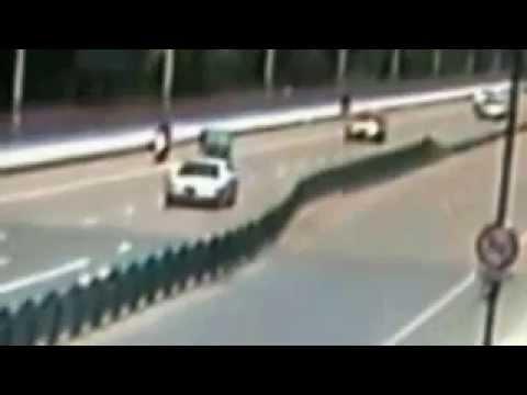 في الصين حاجز طريق ينهار كالدومينو