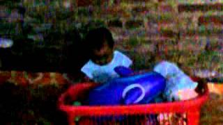 anak kecil main gituan