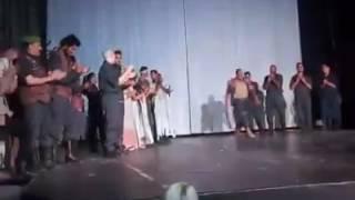 تحية الجمهور لأبطال مسرحية الأم شجاعة