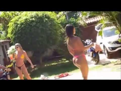 Gostosas Dança de ponta cabeça na piscina