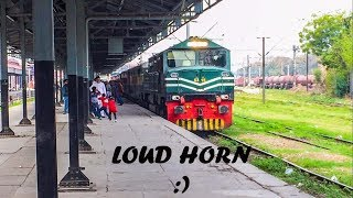 Kids Reaction to Loud Train Horn | Allama Iqbal Swiftly Leaves Lahore | Pakistan Railways