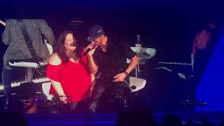 Enrique Iglesias singing Cuando Me Enamoro to fan at oracle arena october 28