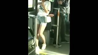 Une jolie fille explose un pickpocket