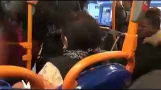 سيدة بريطانية عنصرية تشتبك مع فتاة سوداء في باص في لندن
