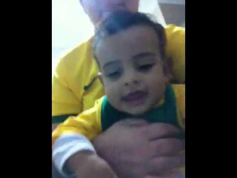 Thiago com 8 meses assistindo o jogo da copa com a mamãe.