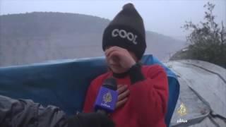 طفلة على الحدود السورية التركية تبكي بحرقة والسبب !!