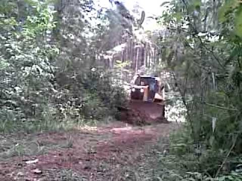 Trator de esteiras D6N abrindo ramal.mp4