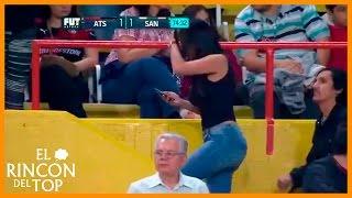 Mujer derritio a fans en pleno partido de Atlas vs Santos