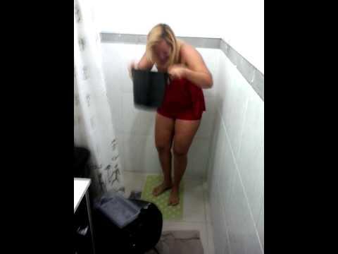 Minha prima no banho de balde com gelo