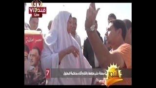 بالفيديو خطير اخواني يضرب حقير سيده مسنه بالقلم علي وجهها امام المحكمة