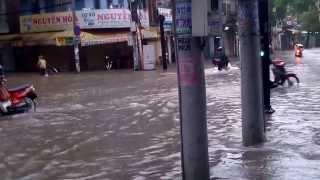 Ngập sau mưa bão số 13 trước cửa hàng thitbonhapkhau.com 143 nguyễn thái bình Q1,TP.HCM