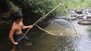 Primitive Technology: Make fishing nets in the forest and cooking fish on a rock