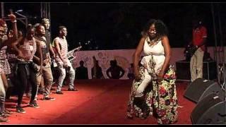 L'artiste MAJOIE AYI et ses danseurs au FESTI BIKUTSI