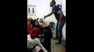 مدرس مصرى يشرح للطلبه على المهرجانات