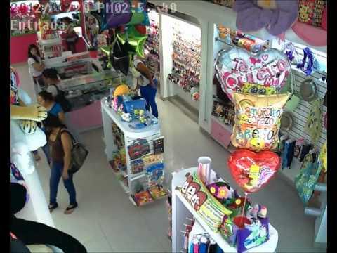 Farderas y una menor robando en Celaya