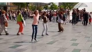 #رقص #رائع #هولندا #ساحة #اغنية #اكثر فجأة أحد اكبر شوارع هولندا يتحول لساحة رقص على أنغام_الوكا وكا