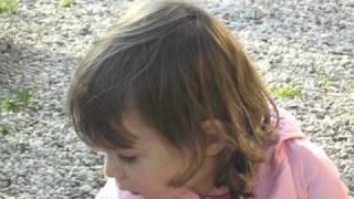 Mia figlia Diletta che gioca in cortile