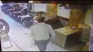حرامي يستخدم خدعة قوية لسرقة حقيبة الزبونة في المطعم