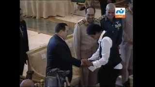 فضيييحه محمد منير يقبل يد حسني مبارك !!؟ يا عزيزي كلنا فلول