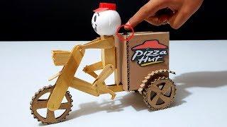 Robot Repartidor de Pizzas en Bicicleta Eléctrica hecho de Madera y Cartón DIY