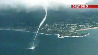إعصار مائي يرتفع من سطح البحر إلى السحاب
