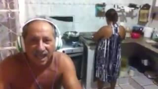 Mulher se assusta ao escutar voz do marido cantando