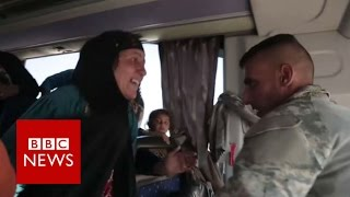 Mosul soldier reunites with mother on bus - BBC News