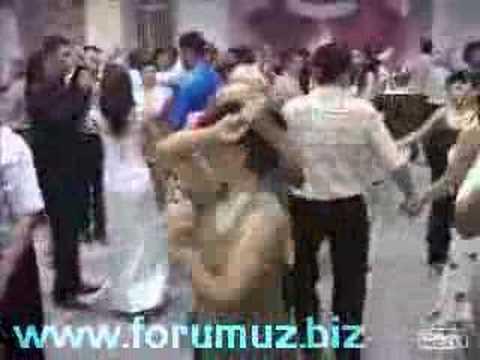 Karısını resmen dövdü