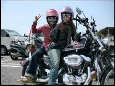 Harley-Davidson乗りの女性は、美しい!