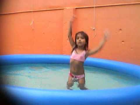 Yasmin dançando na Piscina