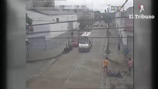 Impresionante accidente en Orán, una moto es chocada por un auto